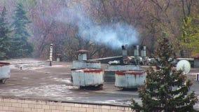 Het Weergeven van de dakrook komt uit een Roestige fabriek van de metaalschoorsteen stock videobeelden