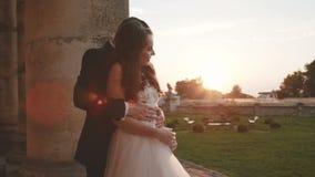 Het Weergeven van de gelukkige tribunes van het huwelijkspaar stelt binnen op het balkon van het kasteel stock videobeelden