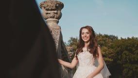 Het Weergeven van de gelukkige tribunes van het huwelijkspaar stelt binnen op de treden van het kasteel stock footage