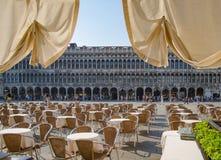 Het Weergeven van de koffie op Procuratie Vecchie, op Piazza San Marco wordt gevestigd, toeristen die bezoekt bezienswaardigheden stock afbeeldingen