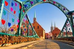 Het Weergeven van de voettumski-Brug wordt ook genoemd Minnaarsbrug, Kathedraalbrug of Groene Brug, Wroclaw stock foto's