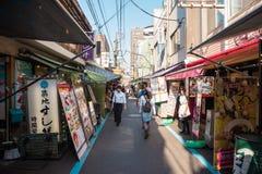 Het Weergeven van een Smalle Steeg voerde met Winkels en restaurants in de Buitenmarkt van Tsukji in Centraal Tokyo royalty-vrije stock foto