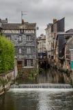 Het Weergeven van het kleine kanaal in de schilderachtige stad van Pont Audemer in Normandië werd gespaard vernietiging tijdens d stock foto