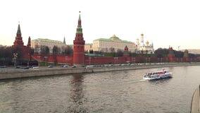 Het Weergeven van het Kremlin van de brug in de rivierboot van Moskou 2018 drijft op de rivier in de lente stock video