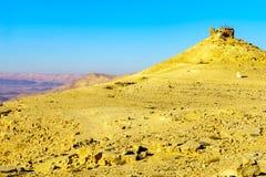Het Weergeven van Makhtesh-krater Ramon met Kameel zet vooruitzicht op royalty-vrije stock fotografie
