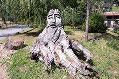 Het Weergeven van mooi wodden beeldhouwwerk in Sonogno-Dorp, Kanton Ticino, Zwitserland royalty-vrije stock fotografie