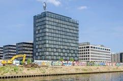Het Weergeven van het nieuwe Mercedes Benz Charterway-blok, voltooiing werkt aan banken van de rivierfuif met een graafwerktuig e royalty-vrije stock foto