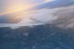 Het Weergeven van het venster van het vliegtuig aan de cumulus betrekt en de oneindig blauwe hemel royalty-vrije stock fotografie