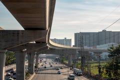 Het Weergeven van verkeer en de hemel leiden sporen met ochtendzonlicht op bewolkte hemel en gebouwenachtergrond van op het stati stock fotografie