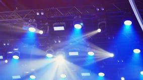 Het Weergeven van verscheidene zwarte voorzag stadiumlichten en laserscanons over concertzaal van een lus stock footage
