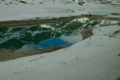 Het weerspiegelde beeld van bergen in een meer stock afbeelding