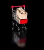 Het weerspiegelde boodschappenwagentje met document zakken is geïsoleerd op zwarte bac Royalty-vrije Stock Foto