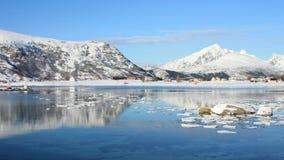 Het weerspiegelen in de fjord van Napp Stock Foto