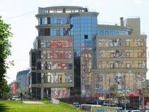 Het weerspiegelen van de bouw van het onroerende goederenbeheer Stock Afbeeldingen