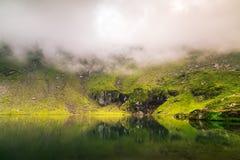 Het weerspiegelen van meer op de bergmist Nuttig als achtergrond stock afbeeldingen