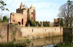 Het weerspiegelen van ruïnes van Nederlands Kasteel Brederode Stock Foto's