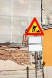Het wegenbouwwerk en teken bij een bouwwerf Waarschuwingsbord in aanbouw Stock Fotografie