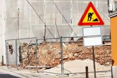 Het wegenbouwwerk en teken bij een bouwwerf Waarschuwingsbord in aanbouw Royalty-vrije Stock Foto's