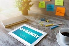 Het weggevertje, gaat binnen om tekst op het scherm te winnen Loterij en prijzen Sociale media die en concept op de markt brengen stock afbeeldingen