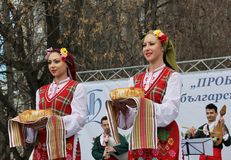 Het wekken met horo - Bulgaarse traditionele dans Royalty-vrije Stock Fotografie