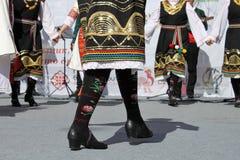 Het wekken met horo - Bulgaarse traditionele dans Stock Afbeeldingen