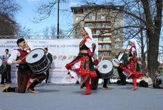Het wekken met horo - Bulgaarse traditionele dans Royalty-vrije Stock Foto
