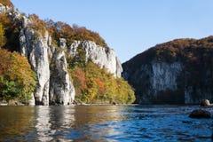 Het Weltenburgklooster en Donaudurchbruch bij de rivier van Donau in Beieren, Duitsland omringden door de oranje gekleurde herfst Royalty-vrije Stock Foto