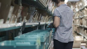 Het werk aangaande de apotheek van het transportbandpakhuis, sluit omhoog stock footage