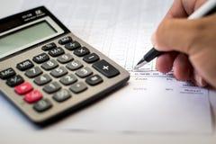 Het werk aangaande de calculator en de documenten Stock Foto