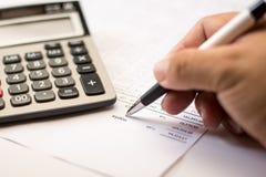 Het werk aangaande de calculator en de documenten sluiten omhoog Stock Afbeeldingen