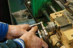 Het werk aangaande de draaibank met handcontrole stock afbeelding