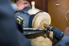 Het werk aangaande een draaibank op hout Vervaardiging van delen Eerste persoonsmening royalty-vrije stock afbeeldingen