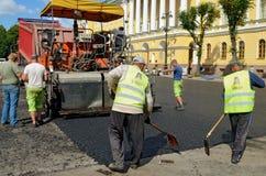 Het werk aangaande het leggen van asfalt Stock Foto