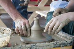 Het werk aangaande het wiel van de pottenbakker Stock Fotografie