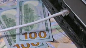 Het werk aangaande Internet Inkomens door Internet Inkomen over Internet stock footage