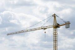 Het werk bij bouwwerf, kraan en bouw stock foto's
