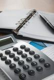 Het werk in bureau, bureauconcept met calculator en telefoon Stock Afbeelding