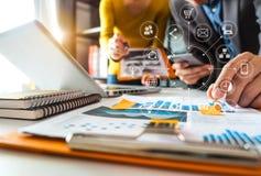 Het werk het concept van de teamvergadering, zakenman die slimme telefoon en laptop en digitale tabletcomputer met behulp van royalty-vrije stock foto's