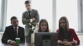 Het werk de besprekingen zijn in het agentschap van het bureauontwerp stock videobeelden
