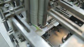 Het werk in de farmaceutische verpakkende machine van de fabrieksblaar stock video