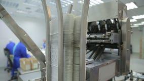 Het werk in de farmaceutische verpakkende machine van de fabrieksblaar stock videobeelden