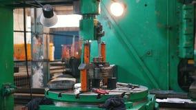 Het werk de staafdalingen van het machinemetaal op het materiaal en de stijgingen De camera beweegt zich van rechts naar links stock videobeelden