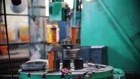 Het werk de staafdalingen van het machinemetaal op het materiaal en de stijgingen stock footage