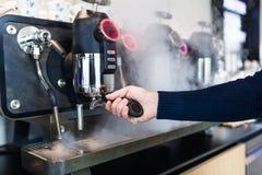 Het werk en het binnenland van de koffiewinkel stock afbeeldingen
