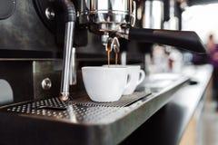 Het werk en het binnenland van de koffiewinkel stock foto's