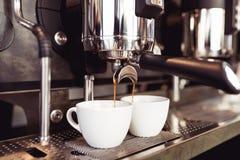 Het werk en het binnenland van de koffiewinkel stock fotografie