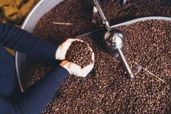 Het werk en het binnenland van de koffiewinkel stock afbeelding