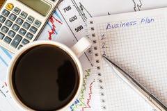 Het werk in het bureau, koffiekop met businessplan Stock Foto