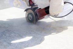 Het werk hoekige malende machine Concrete plak De bouw van een huis stock foto