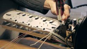 Het werk met de optische vezel stock footage